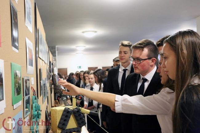 """""""Körön kívül-belül"""" című kiállítást nyitottak meg a debreceni Svetits intézményben"""
